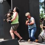 Reneé, Conny und Sylvia bringen ein paar Hunde mit auf die Bühne